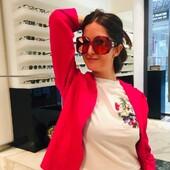 """Quest'estate nel nostro guardaroba primeggeranno i colori fluo e vivaci (rosa, azzurro, verde) insieme al bianco. Ottica Ricci ha pensato di consigliarvi una selezione di occhiali da abbinare per rifinire i vostri outfit.  Per dare un tocco prorompente, trendy e vivace, consigliamo il modello Etnia Barcelona The Kahlo nelle colorazioni rosa e giallo fluo. Molto interessanti, glamour, ma meno """"giocosi"""" e più femminili,  il modello Gucci  GG0875S 003 in campagna pubblicitaria e il luminoso Emilio Pucci 0143 74T. Per chi invece preferisce uno stile raffinato, ma pur sempre di tendenza, non possiamo che consigliare il modello Valentino 2010 300387, round minimal a lente scura con piccoli brillantini rosa. Tutti i modelli presentati sono disponibili presso i nostri negozi di Siena o sul nostro sito (Link in Bio) Ringraziamo Grey Contemporary Store per gli abiti, che sono acquistabili presso il punto vendita di via dei Montanini, 74 a Siena. Occhiali: #etniabarcelona #gucci #emiliopucci #valentino Giacca:  #thejackieleathers Jeans: #royrogers_officila T-shirt: Roy Roger's #otticaricci #otticasiena #occhiali #occhialidasole #sunglasses #eyewear #armocromia #occhialigucci #occhialitop #occhialifashion #occhialidonna #modafashion #shoponline #greycontemporary #valentinoeyewear #luxuryeyewear #outfitoftheday @greycontemporary @martscolombs"""