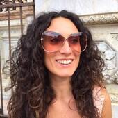 Oggi con Veronica vi proponiamo due modelli di occhiali da sole ampi, ma che lasciano trasparire il volto senza invaderlo, dalla lente chiara, sfumata, perfetta per essere indossata anche in autunno o inverno, nelle giornate nuvolose. Il primo è il Tom Ford FT0842 28F caratterizzato dalla forma ad incrocio che da sempre contraddistingue le collezioni del grande stilista. Il secondo é il DiorSostellaire S1U un modello in grado di donare un'elegante lucentezza al volto, incorniciando lo sguardo di eleganza. Trovi i modelli proposti nel nostro shop online (Link in bio) o presso i nostri negozi di Siena. . . . . #otticaricci #leleganzadelricci #occhiali #occhioalidasole #sunglasses #siena #otticariccisiena #tomfordsunglasses #tomford #dior #diorsunglasses #thelios #luxuryeyewear #elegance #eleganzafemminile #armocromia #lavieenrose