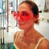 La #celebritiesotticaricci di oggi è Rossella Specchia, che ha deciso di colorare il suo look in maniera glamour e chic allo steso tempo, scegliendo Gucci oversize in una nuance originale e di gran gusto per i suoi nuovi occhiali da sole! 👏👏👏 #otticaricci #occhiali #occhialidavista #sunglasses #eyewear #optical #sienatuscany #gucci #guccieyewear #luxuryeyewear #picoftheday #womanstyle