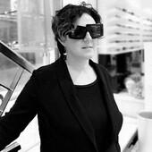 Gli occhiali giusti non servono a nasconderci, ma a raccontare la parte di noi che vogliamo mostrare! Indossa un Kuboraum e decidi chi vuoi essere. (Foto: Annalisa Giunti indossa Kuboraum X10 BS. Puoi trovare il modello nel punto vendita di Banchi di Sopra, 35 o online 👉 https://bit.ly/3gnLe4O ) . . . #otticaricci #occhiali #occhialidasole #kuboraum #sunglasses #womanstyle #otticasiena #occhialidonna #kuboraumberlin